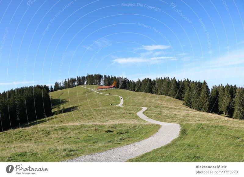 Wanderweg auf dem Blomberg, Bad Tölz, Oberbayern, Deutschland Landschaft Straße Gras Himmel Natur Feld Wiese grün ländlich Baum Sommer Bäume Weg Wald blau