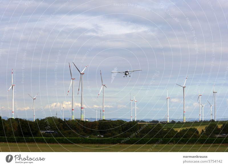 Kleinflugzeug und Windräder windpark windräder fliegen anflug landeanflug windenergie stromerzeugung ökostrom ökologie ökologisch