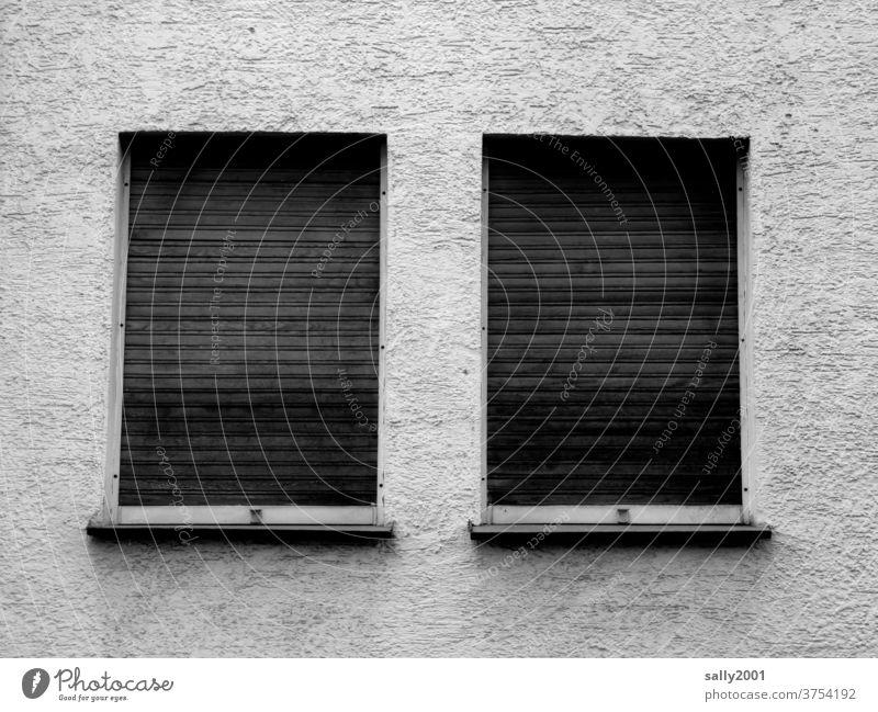 Tristesse... Fenster Jalousie geschlossen verlassen trist Rollo Fassade Wand Mauer düster grau 2 parallel Einsamkeit verschlossen traurig Rollladen Architektur
