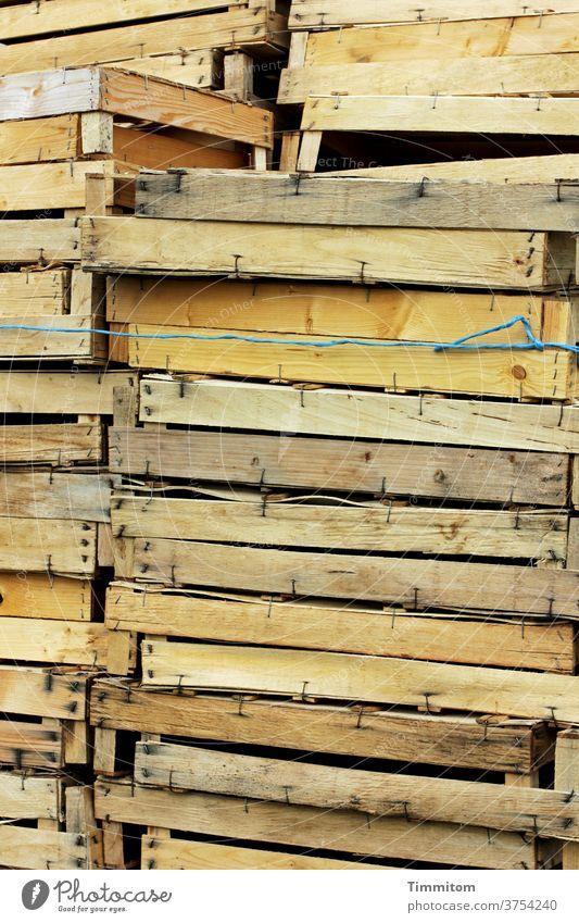 Ein Stapel leerer Holzsteigen Holzkiste Kiste Lebensmittel Menschenleer Schnur umwickelt hoch Farbfoto