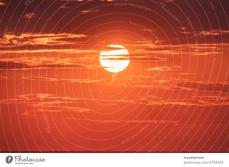 Große schöne Sonnenuntergangssonne. Gutes Abendwetter. Himmel mit Schattierungen von gelber, roter, rosa und orangefarbener Farbe. Natur Sommer Schönheit hell