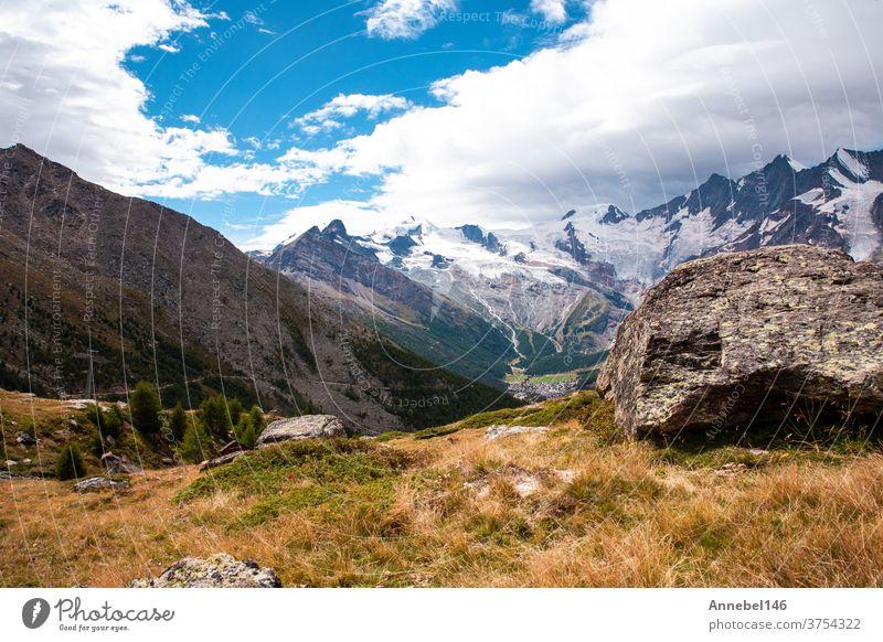 grün Berglandschaft im Sommer mit Bäumen und blauem Himmel in den Alpen Schweiz schöner Hintergrund an einem sonnigen Tag Landschaft Natur alpin reisen Europa
