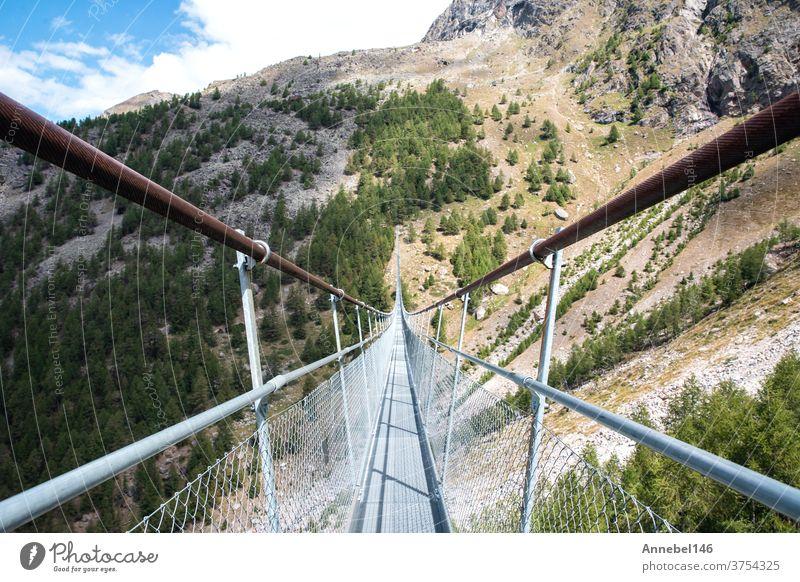 Hängebrücke Charles Kuonen in den Schweizer Alpen. Mit 494 Metern ist sie in der Sommerlandschaft die längste Hängebrücke der Welt. Natur Landschaft Brücke