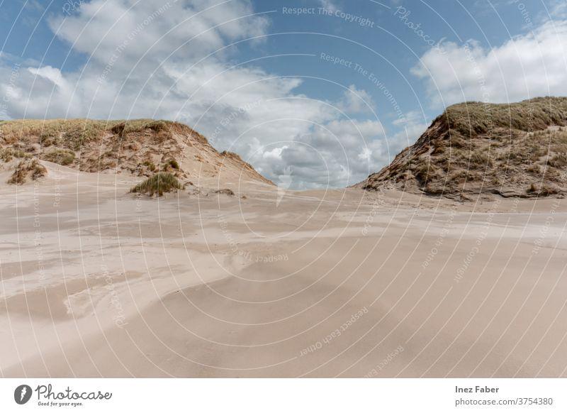Sanddünen am Strand bei blauem Himmel mit Wolken, Terschelling, Niederlande Dunes Dünen am Strand malerisch Natur Naturlandschaft Naturhintergrund Europäer
