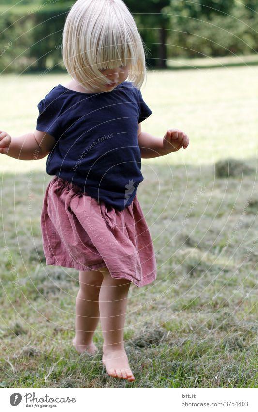 Mit den Füßen, ist gut pflücken. Kind Kindheit Mädchen Mensch Kleinkind Glück Freude Fröhlichkeit 1-3 Jahre Lebensfreude Zufriedenheit Spielen Freizeit & Hobby