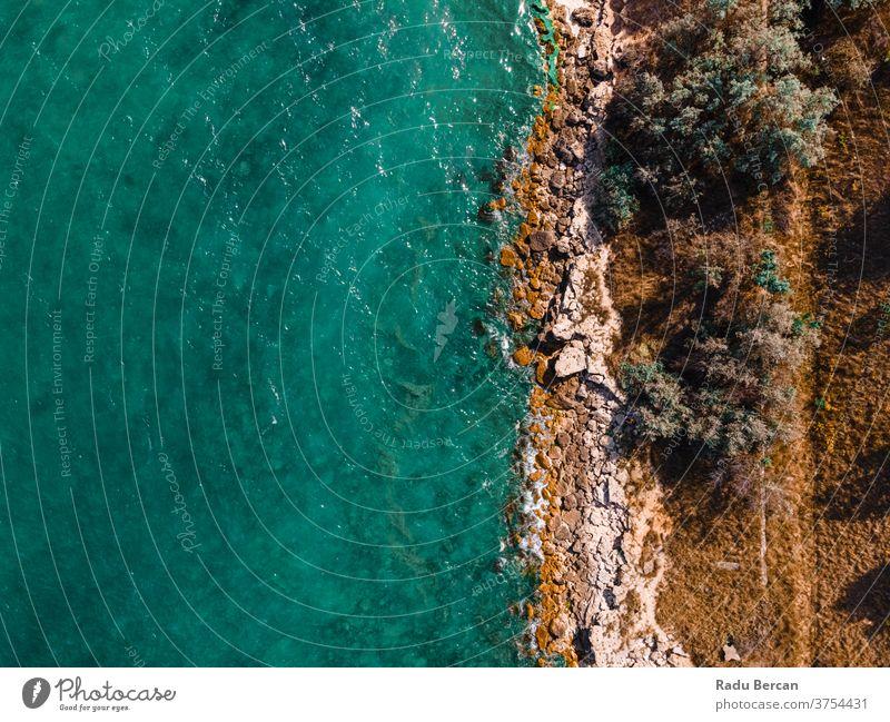 Luftaufnahme Meereslandschaft, Meereswellen, die auf Felsen krachen, Drohnenfotografie Hintergrund Wellen MEER Antenne Felsstrand Strand felsig abstrakt Dröhnen