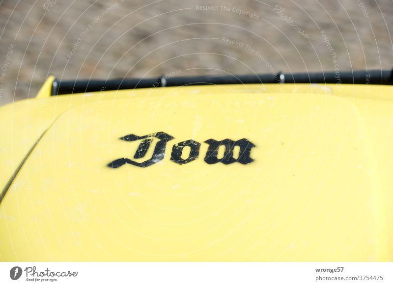 Deckel einer gelben Tonne mit der Aufschrift Dom gelbe Tonne Mülltonne Kennzeichnung Außenaufnahme Farbfoto Recycling Umweltschutz Abfall Müllbehälter