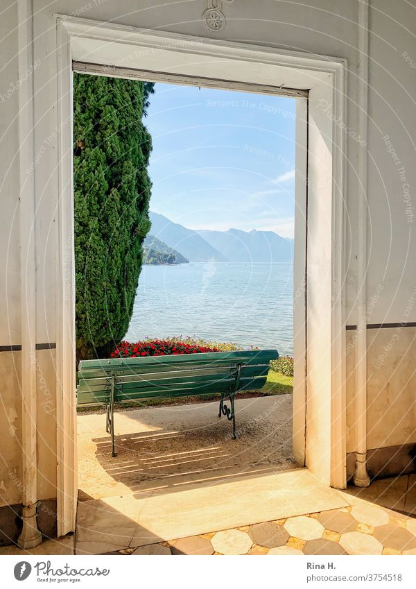 Ausblick auf den Comer See Spätsommer Urlaub Norditalien Bella Italia Ausgang Bellagio Sitzbank Architektur Tür