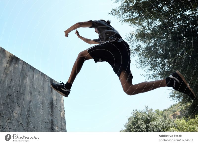 Mann springt in der Stadt über den Boden Le Parkour springen Stunt Trick Großstadt urban extrem Gefahr Hobby männlich Mut aktiv gutaussehend Aktivität