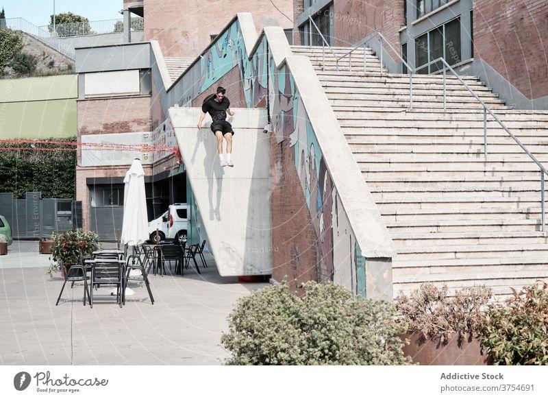 Mann macht Parkour in der Stadt springen Le Parkour Stunt Treppe Trick urban Adrenalin extrem Großstadt männlich Hobby Gefahr Mut aktiv Aktivität professionell