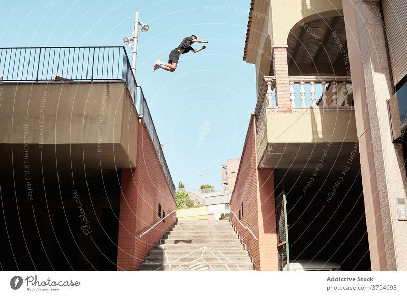 Mann springt über Treppe in Stadt Le Parkour springen Stunt Trick Großstadt Treppenhaus urban extrem Gefahr Hobby Mut aktiv Aktivität professionell Adrenalin