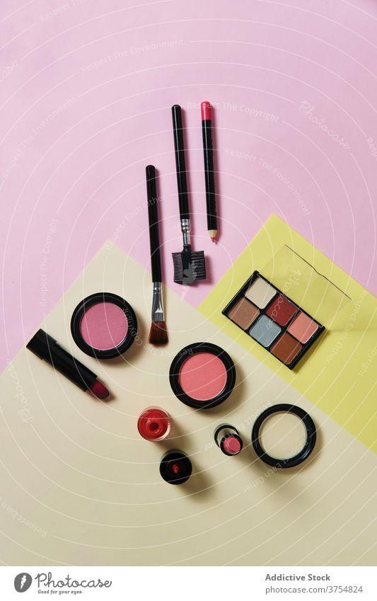 Set mit verschiedenen Make-up-Produkten auf dem Tisch Kosmetik Ordnung Sammlung Kulisse dekorativ Applikator Schönheit Atelier sortiert Zusammensetzung Mode