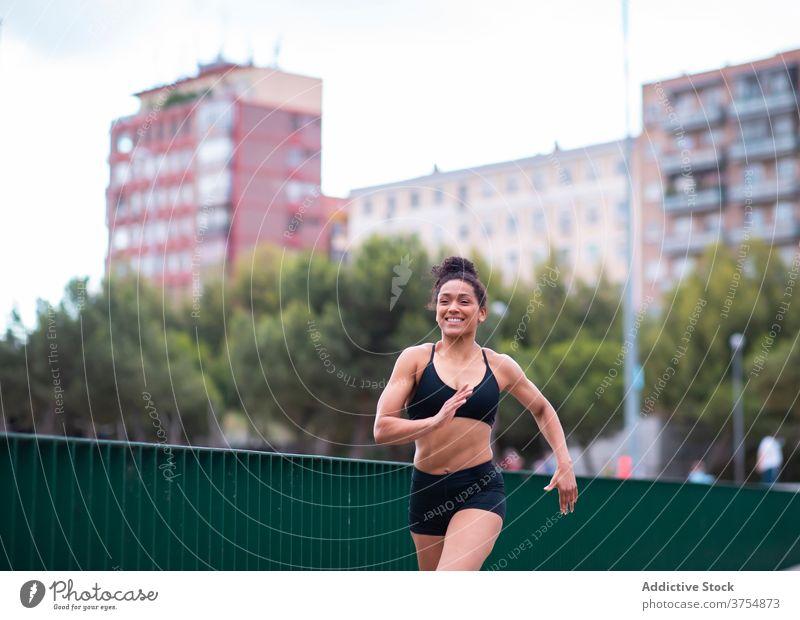 Starke schwarze Frau läuft im Park laufen Läufer stark Großstadt Training Herz Übung Geschwindigkeit ethnisch Afroamerikaner Sportbekleidung Athlet Fitness Weg