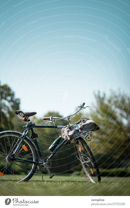 Mit dem Fahrrad in den Park Ausflug Tour entspannung Rad Pause Fahrradtour Fahrradfahren radeln Wiese Gras urban bike