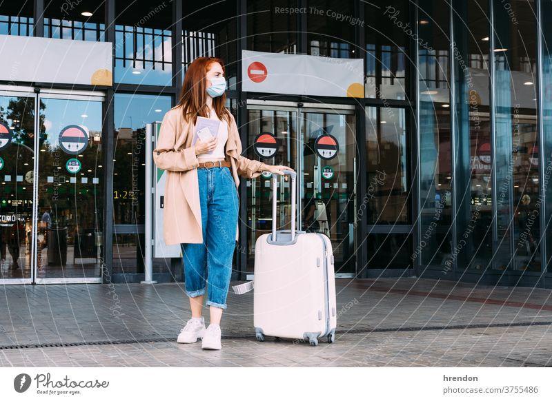 Tourist mit Gesichtsmaske verlässt den Bahnhof mit seinem Gepäck Transport Verkehr Öffentlich Reise Ausflug Pendler Arbeitsweg Zug reisend Wirtschaft Virus