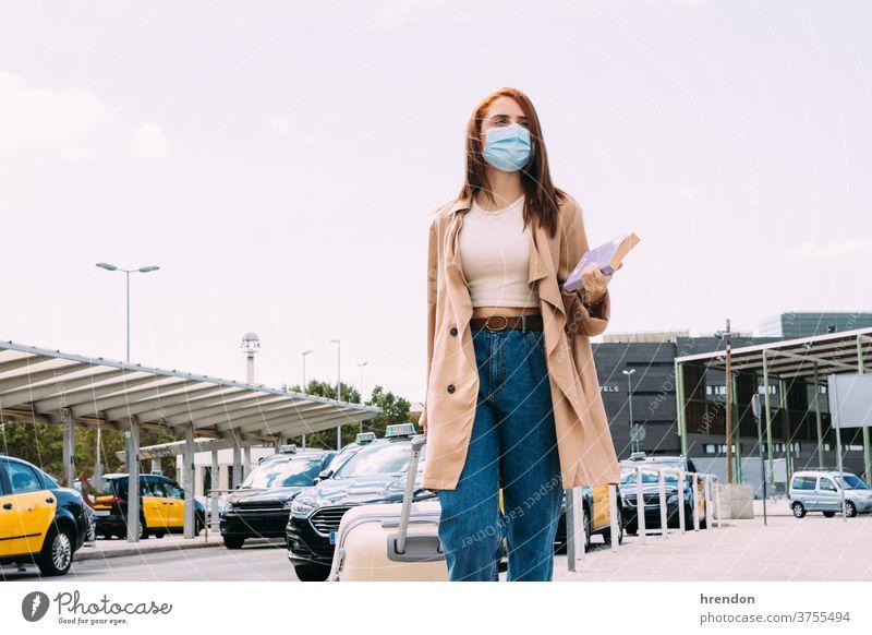 junge Frau mit Gepäck kommt mit dem Taxi am Bahnhof an Coronavirus Reise reisend Transport Verkehr Öffentlich Tourist Ausflug Pendler Arbeitsweg Zug Wirtschaft