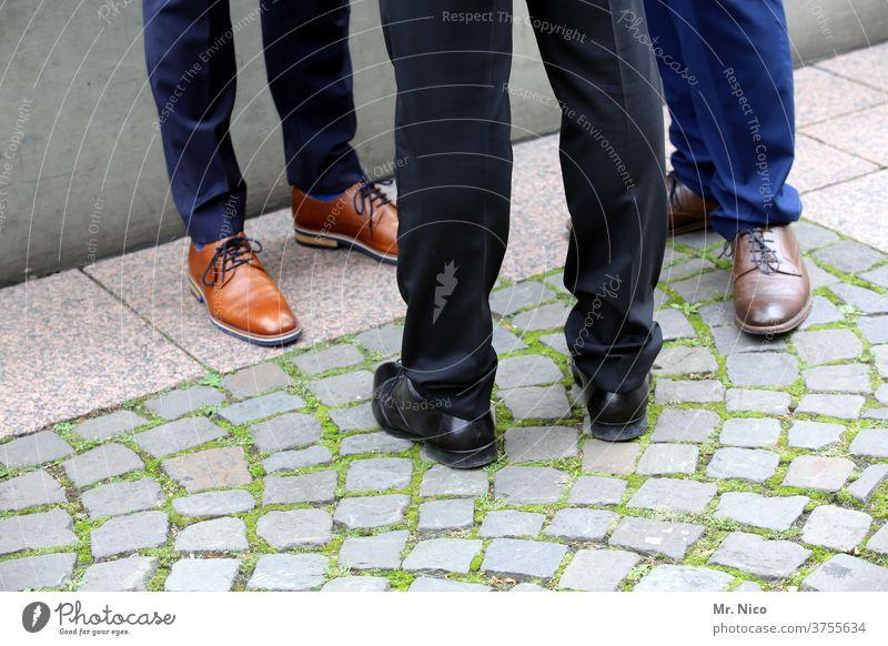 Drei Männer stehen in der Gegend herum Schuhe Beine Business Eleganz Stil braun Mann Lifestyle männlich Fuß Mode elegant Bekleidung Design klassisch stylisch
