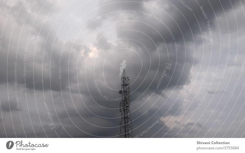 Fernmeldeturm mit bedrohlichen Gewitterwolken abstrakter Hintergrund. Kopieren Sie Raum Natur und Umwelt und Technologiekonzepte. Klima Wolken Wolkenlandschaft