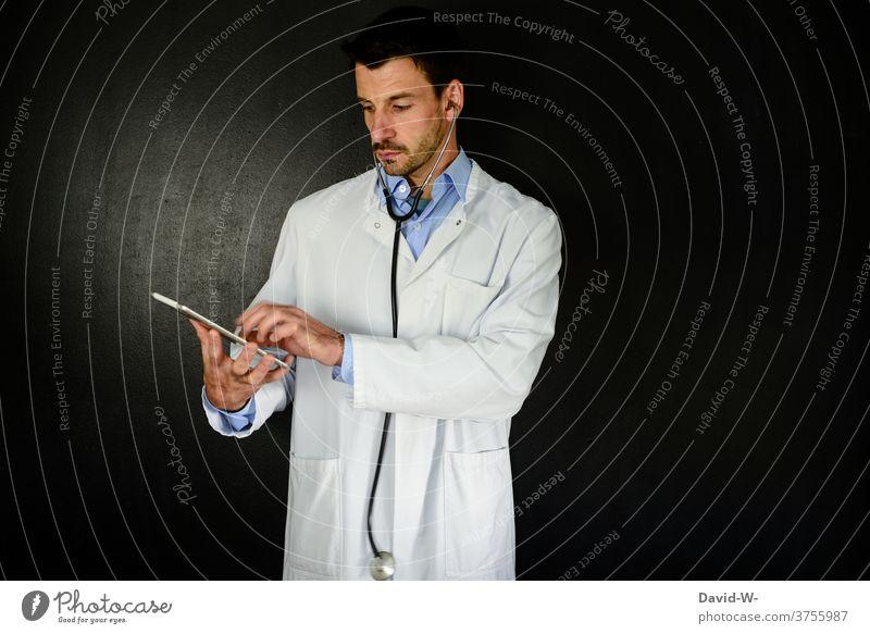 Arzt mit moderner Technologie Technik & Technologie online Medizin Gesundheitswesen Gerät medizinisch Internet Computer
