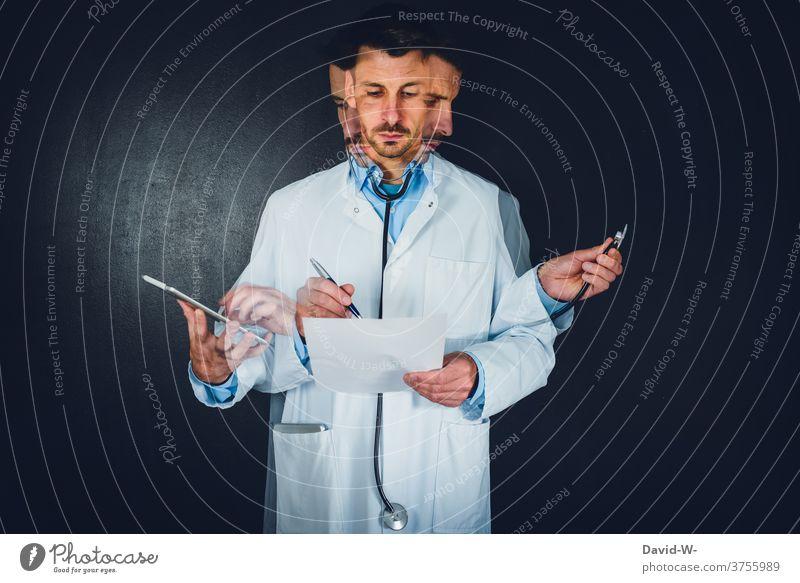 Arzt - Multitasking und Mehrfachaufgabenperformanz | mehrere Sachen gleichzeitig machen Doktor multitasking Geschicklichkeit Stress zeitdruck Talent