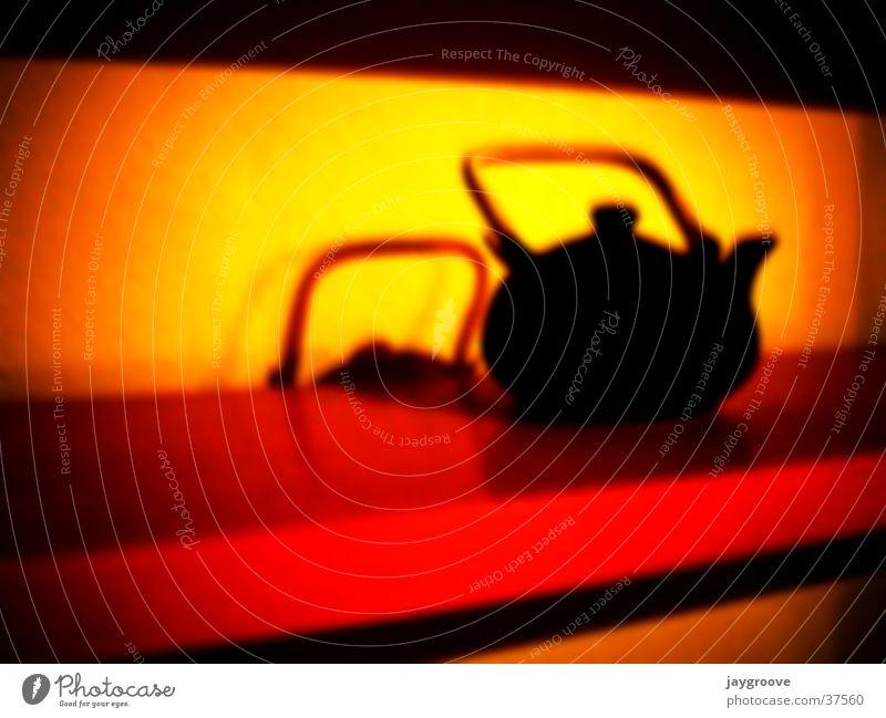 Tea Time Kannen Teekanne Unschärfe rot gelb Fototechnik Wärme dunkel 1 Menschenleer Farbfoto Tragegriff Regal Silhouette Schatten