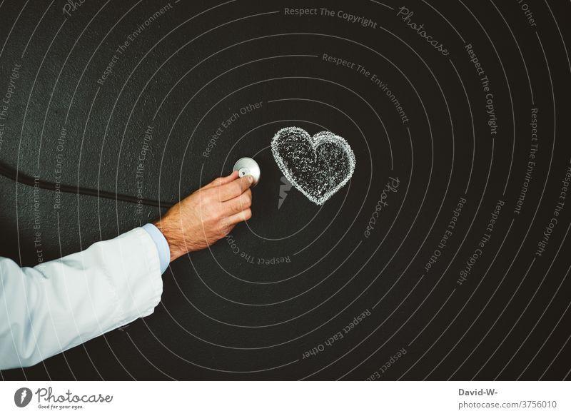 Arzt untersucht das Herz Gesundheit Untersuchung Kardiologie Krankheit Medizin Stethoskop Behandlung Pflege