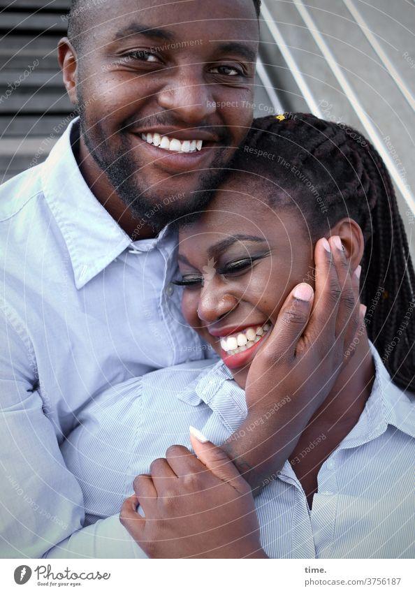 Alex & Apolline Frau Mann Paar verliebt halten stehen lachen vertrauen zusammen gemeinsam berühren hemd entspannt fröhlich streicheln Zärtlichkeit treppe