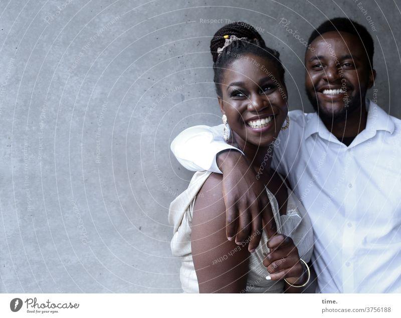 Apolline & Alex Frau Mann Paar verliebt Wand halten stehen lachen vertrauen zusammen gemeinsam berühren hemd kleid entspannt fröhlich schmuck