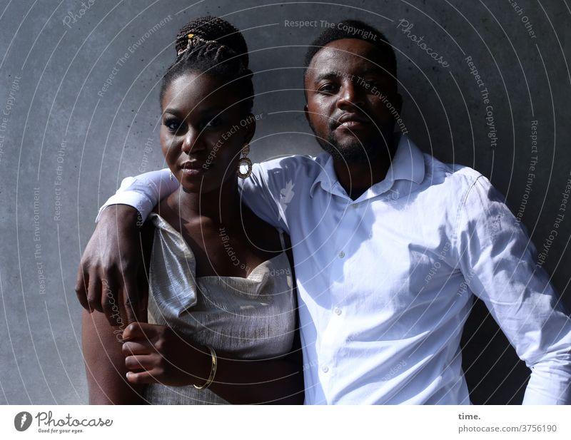 Apolline & Alex entspannt kleid hemd berühren gemeinsam zusammen vertrauen stehen halten Wand Paar Mann Frau umarmen ernsthaft