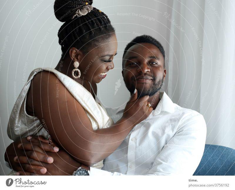 Apolline & Alex entspannt kleid hemd berühren gemeinsam zusammen vertrauen halten Wand Paar Mann Frau umarmen spaß fröhlich freude nah sessel zimmer hotelzimmer
