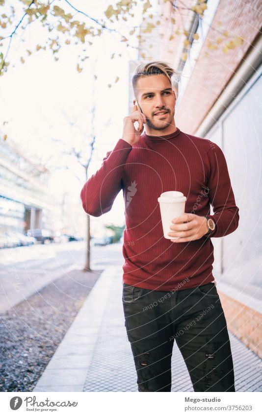 Mann, der im Freien telefoniert. Mobile Telefon Person Erwachsener männlich Café jung Menschen Kaffee gutaussehend Glück Zelle attraktiv Anruf