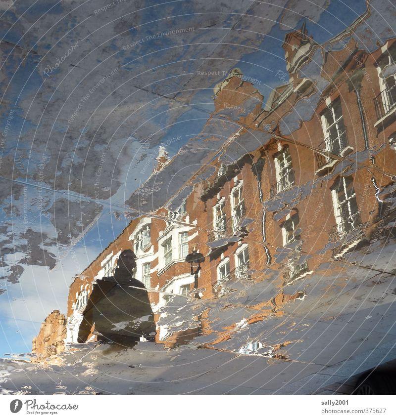 inkognito... Mensch Mann Stadt Einsamkeit Haus Erwachsene Straße Wege & Pfade gehen Angst Fassade bedrohlich geheimnisvoll Regenwasser Fußweg Bürgersteig