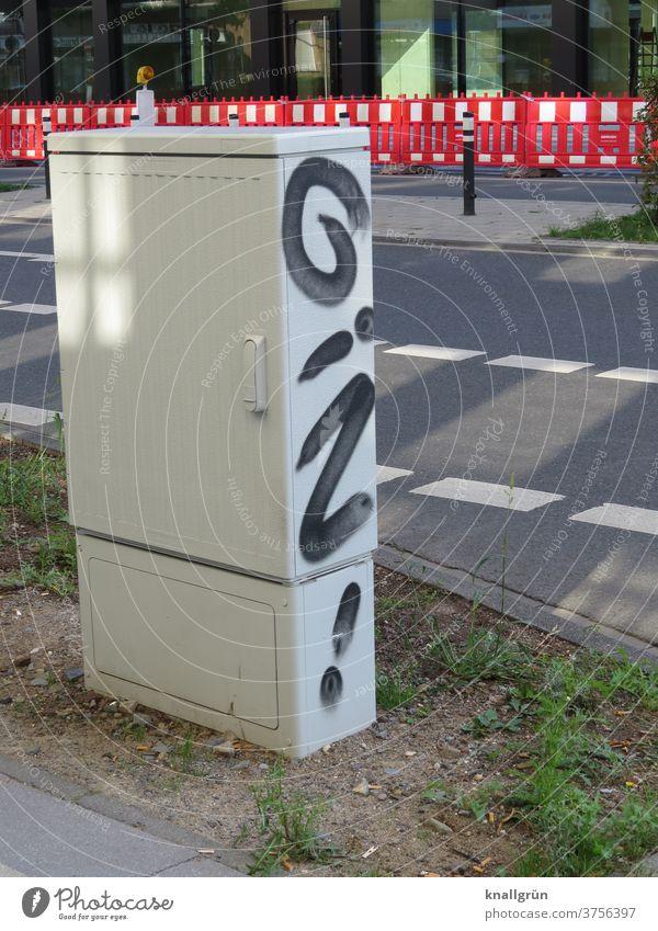 """Graffiti """"GIN!"""" seitlich auf einem Stromverteilerkasten in der Innenstadt Stadt Straßenkunst Außenaufnahme Schriftzeichen Buchstaben Kunst Menschenleer"""