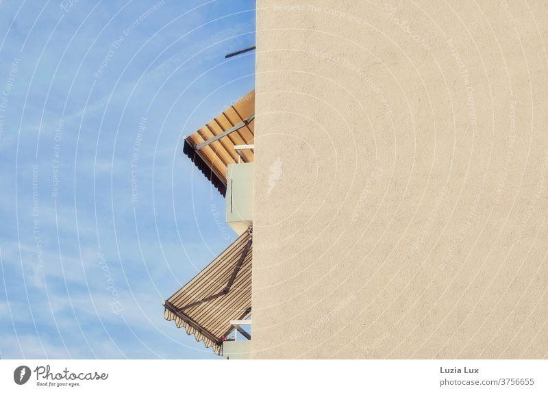 Hochhaus, Markisen, quer- und längsgestreift, Sonnenschein und Wölkchen Platte quergestreift Balkone Wolken blau blauer Himmel Sommer Spätsommer Licht
