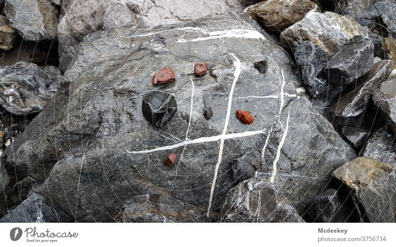 3 Gewinnt Stein Spielzeug Naturspielplatz Naturschauspiel Kreativität kreativ nass Flußbett Gletscherbach gletscherwasser Geröll Fluss feucht Mineralien Zufall
