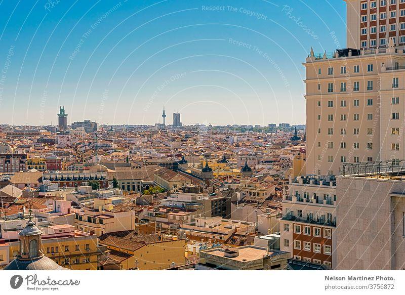 Panoramablick auf Gebäude und Dächer im europäischen Stil. Vista de Madrid desde arriba, se ve el centro con la Plaza España. europa reisen Szene Wahrzeichen