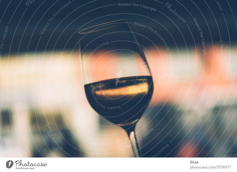 Sektglas Alkohol halb voll Weinglas trinken Alkoholkonsum unscharfer Hintergrund Glas Champagner Prosecco Feste & Feiern Getränk Bar Weißwein