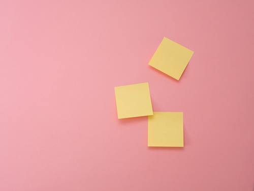 gelbe Haftnotizen an rosa Wand Hintergrund Büro agil Workshop Kreativität Post-it-Zettel Papier Kanban Design Thinking Projekt Projektarbeit kleben