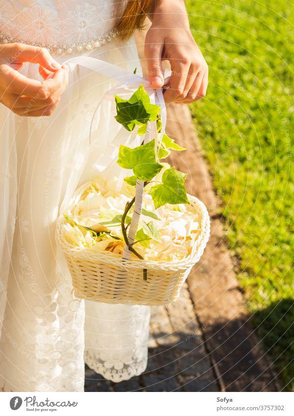 Blumenmädchen in weißem Kleid mit Korb aus Blütenblättern Hochzeit Mädchen Brautjungfer Roséwein Kind Mode geblümt Party Sommer Natur Sonne Blumenstrauß schön