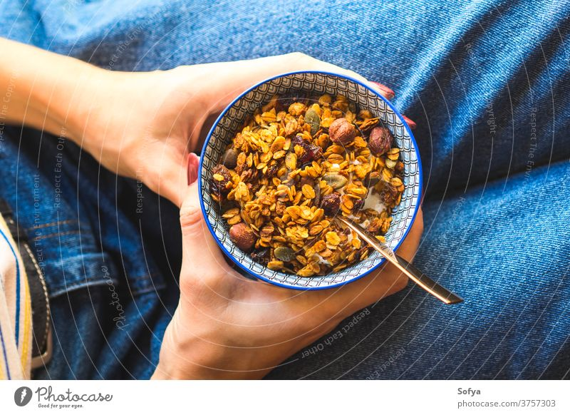 Mädchen isst Müsli-Joghurt-Schale Frühstück Herbst Gesundheit Schalen & Schüsseln Lebensmittel Lifestyle Jeanshose blau Kastanie Preiselbeeren Diät getrocknet