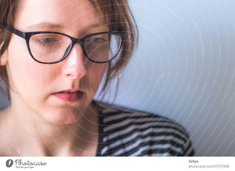 Junge Frau mit Brille mit Kopierraum jung Aussehen tausendjährig offen natürlich Textfreiraum Transparente Gesicht Lippen Lippenstift gestreift lässig Mädchen