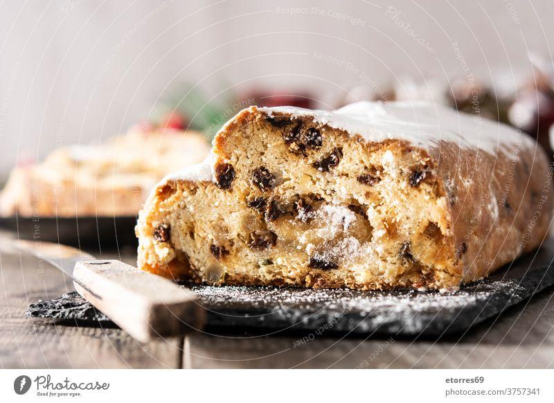 Christstollen-Fruchttorte auf Holztisch. Mandel Bäckerei Kuchen Feier Weihnachten lecker Dessert Lebensmittel Deutsch deutsches Dessert Feiertag selbstgemacht