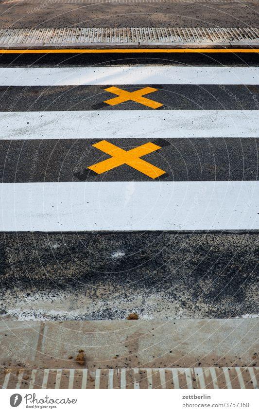Fußgängerüberweg mit zwei Kreuzen abbiegen asphalt ecke fahrbahnmarkierung fahrrad fahrradweg hinweis kante kurve linie links navi navigation orientierung