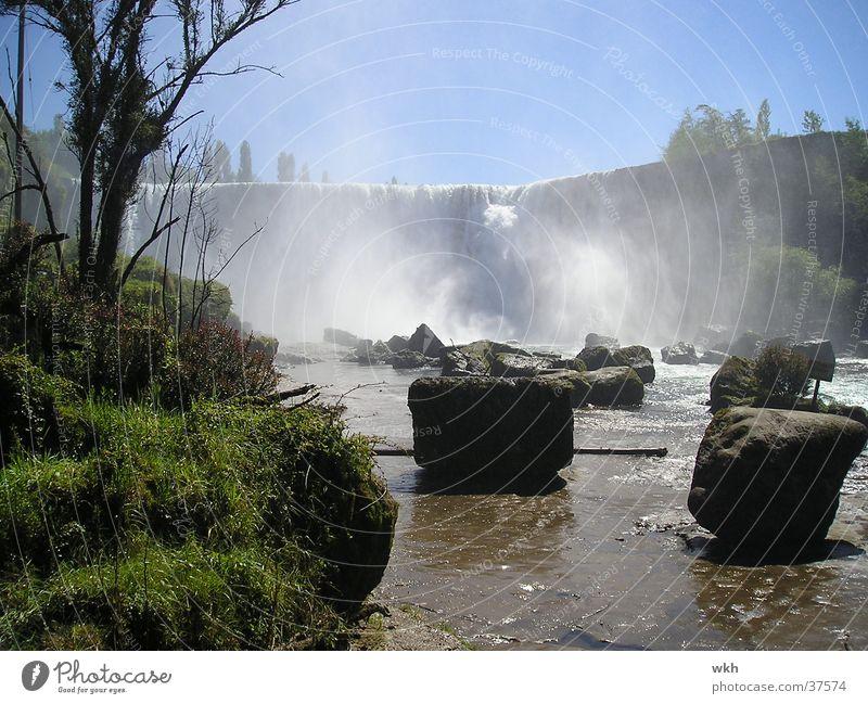 Wasserfall bei Los Angeles/Chile Felsen Gischt Südamerika
