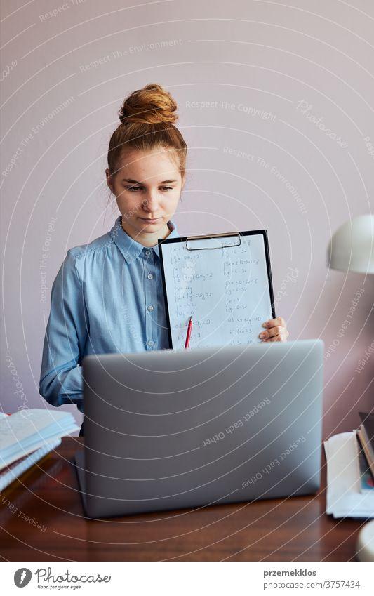 Student lernt online, schaut sich den Unterricht aus der Ferne an, hört dem Professor zu, spricht während der Quarantäne von zu Hause per Videoanruf mit seinen Klassenkameraden