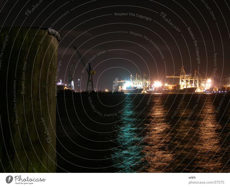 Nachts im Hamburger Hafen Wasserfahrzeug Schifffahrt Kran Elbe
