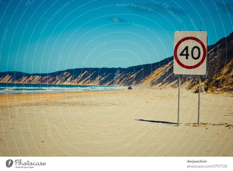 Höchstgeschwindigkeit- 40 km - auf einem Strandabschnitt . Links das blaue Meer und rechts eine hohe Uferböschung. In der Ferne am Strand sieht man ein Auto.