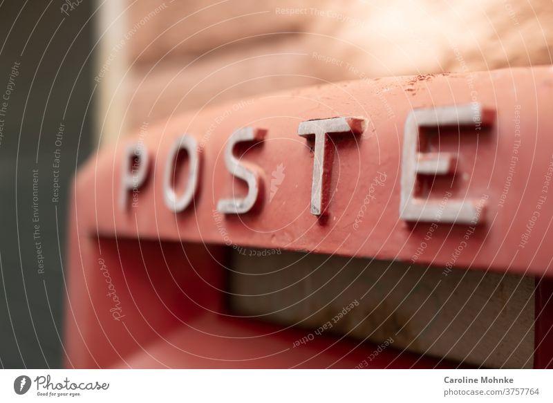 """Roter Briefkasten mit """"Poste"""" Aufschrift Menschenleer Außenaufnahme Farbfoto Tag Kommunizieren schreiben Briefumschlag Liebesbrief Postkarte Nahaufnahme"""