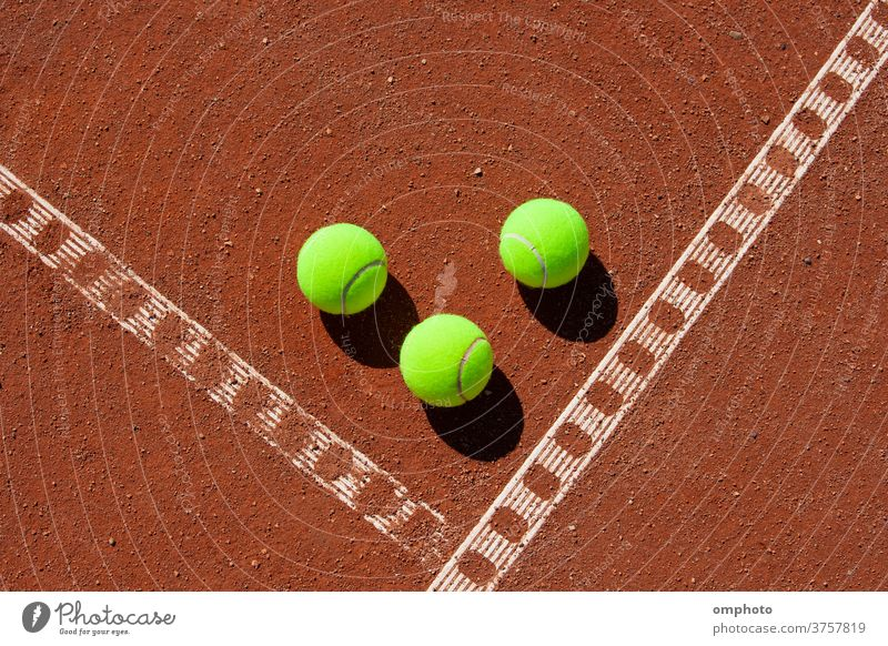 Drei Tennisbälle in der Ecke eines Sandplatzes Ball Gericht Linie Spiel rot Feld Boden orange Sport Aktivität weiß im Freien Kulisse Ton Konkurrenz spielen