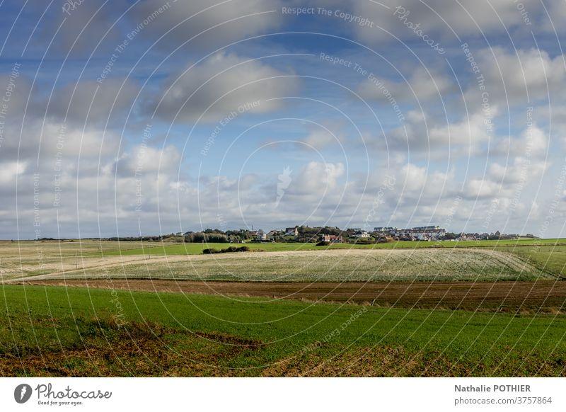 Dorf auf dem Land. Felder und Himmel mit Wolken Landschaft Tourismus Europa ländlich Natur Europäer Ansicht Sommerzeit Weide Wiese Frankreich im Freien grün